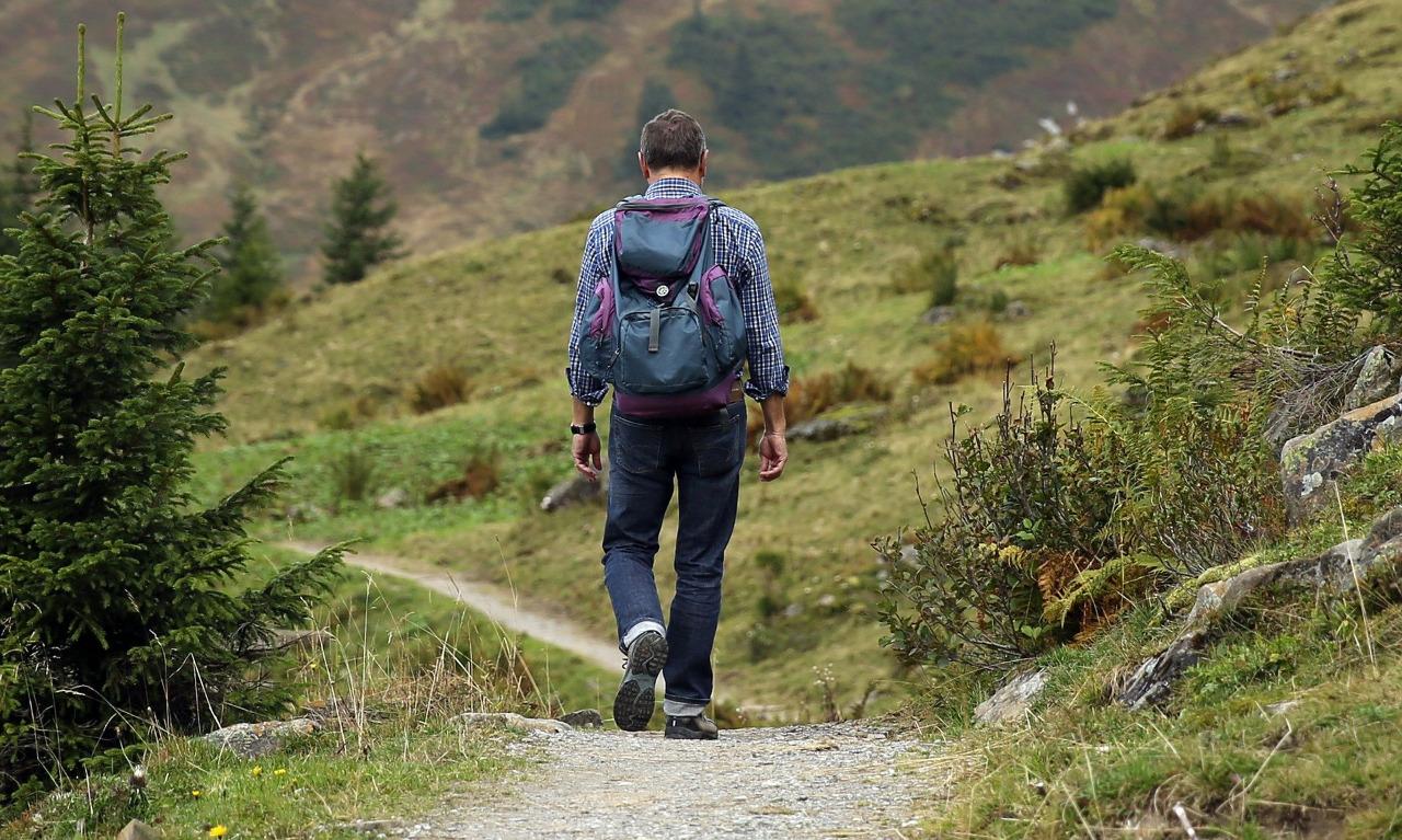 Homem andando sobre a trilha