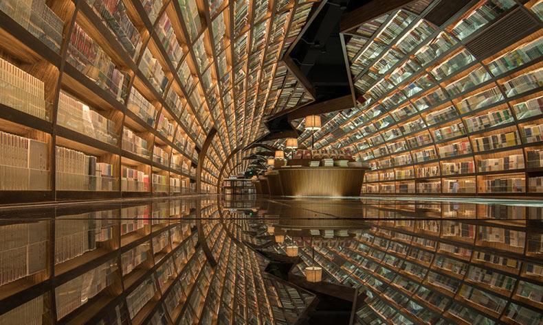 Biblioteca china con espejos de vidrio negros reflejan los libros