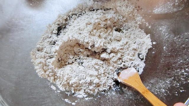 生地材料の卵黄以外をボウルに混ぜ合わせる。