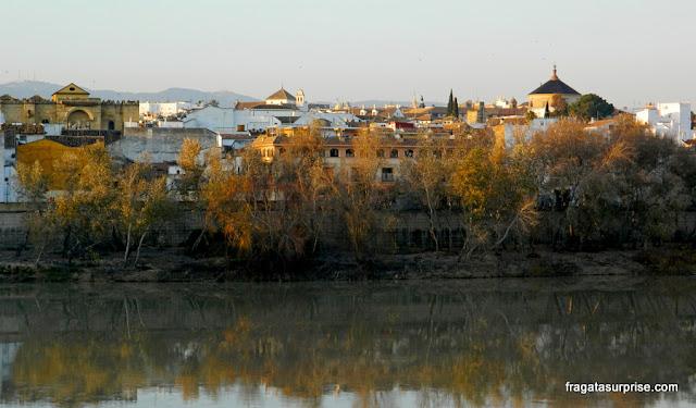 Um entardecer de inverno em Córdoba, às margens do Rio Guadalquivir