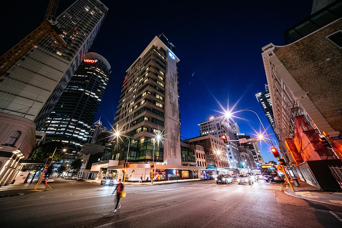Ночной город с небоскребами