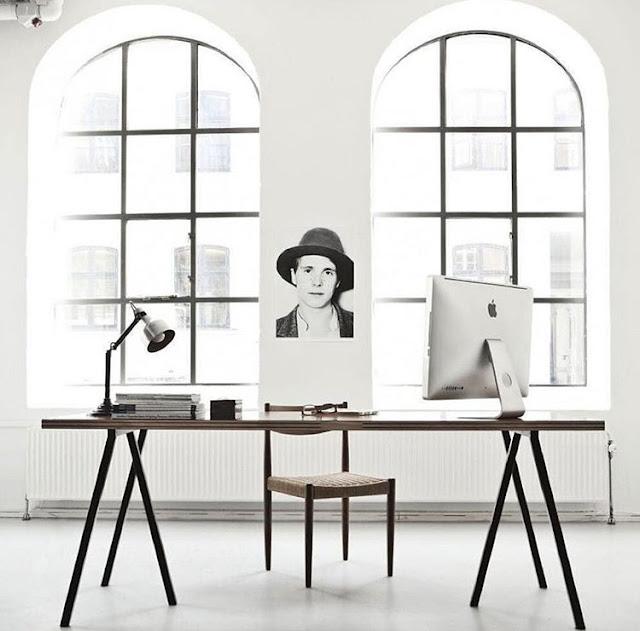 ruang kerja minimalis dengan paduan warna putih