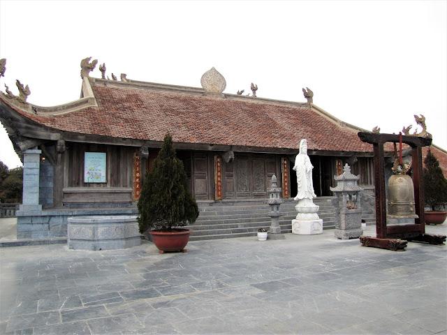 buddhist temple fanispan sapa vietnam