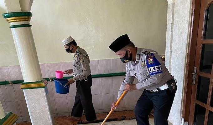Polantas Berkah Ramadhan, Samsat Kelapa Dua Gelar Baksos Bersihkan Masjid Nurul Iman