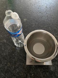 Etape 1  pour la fabrication de l' eau nettoyante pour bébé à la fleur d'oranger : ajout de l'eau dans le récipient