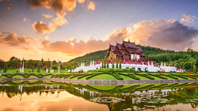 """Tại Chiang Mai, bạn có thể thấy được nét nghệ thuật cổ kính trong những ngôi chùa vàng, cũng có thể bắt gặp những nét hiện đại tại những phòng triển lãm, những quán cafe cùng nhiều hoạt động sáng tạo khác. Chiang Mai đã được UNESCO tặng danh hiệu """"Thành phố sáng tạo"""" vào năm 2017."""