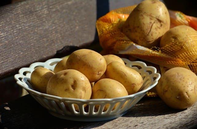 kentang untuk menghilangkan bekas jerawat di punggung