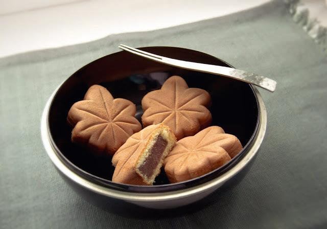 Momiji manju là một loại bánh nướng có hình lá phong (momiji). Món bánh này xuất hiện từ năm 1907 và có rất nhiều biến thể khác nhau về nguyên liệu và hình thức sau hơn 100 năm ra đời. Vỏ bánh được làm từ trứng, sữa, mật ong. Loại nhân phổ biến nhất là đậu đỏ và mứt dâu. Ngoài ra, nhân chocolate, vani, trà xanh cũng được nhiều người ưa chuộng. Người Nhật thường dùng bánh momiji manju với một tách trà xanh.