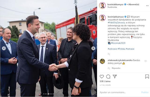 Władysław Kosiniak-Kamysz podaje dłoń kobiecie na tle wozu strażackiego