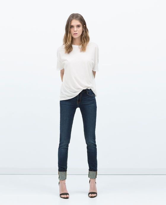 Street style casual white t shirt jeans and heels for Jeans t shirt style