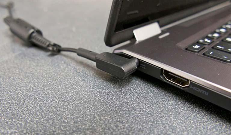Saat Menggunakan Laptop, Lebih Baik Baterai Dipasang Atau Dilepas?