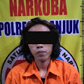 Tersangka Pengedar Shabu dari Werungotok Nganjuk Kota , Diborgol Polisi di Dalam Rumahnya .