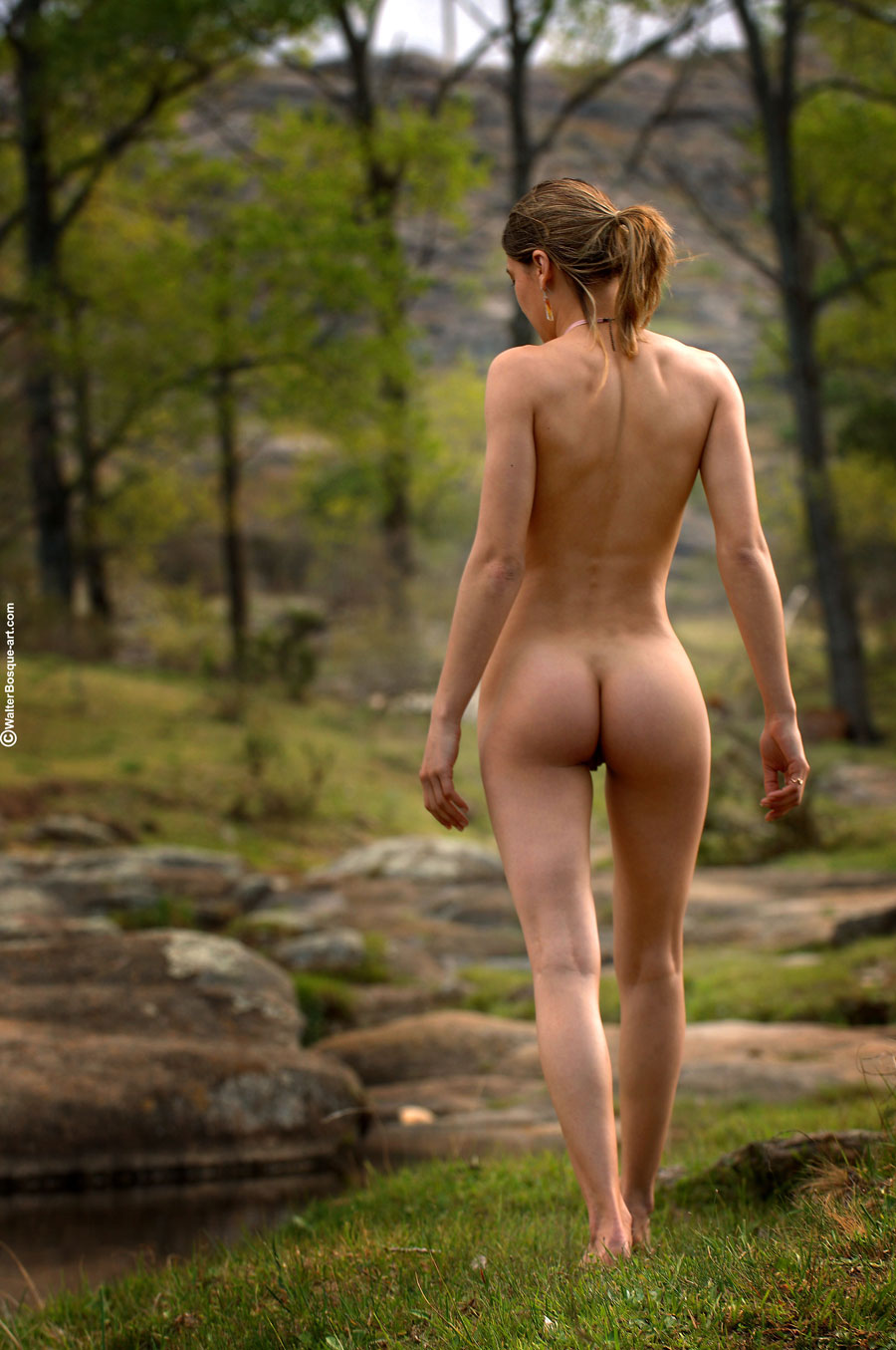 Flaca chica desnuda twerks