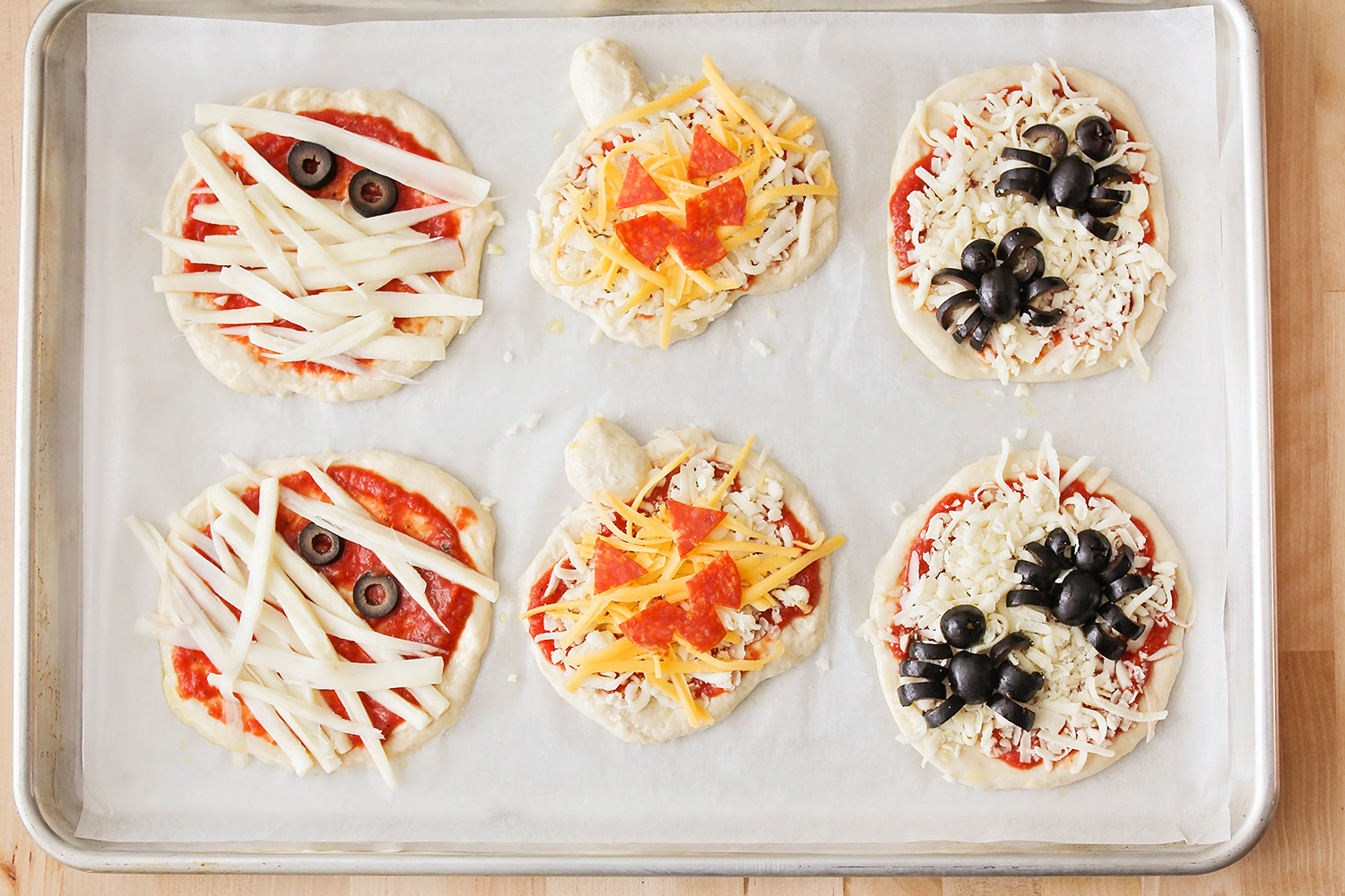These Halloween mini pizzas are adorable and so easy to make! A fun and delicious Halloween dinner the whole family will love!