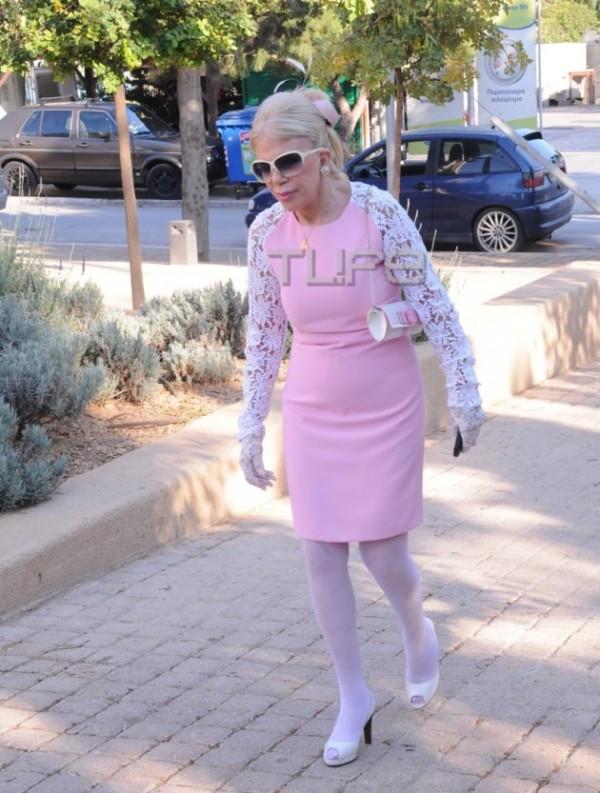 ... η οποία έφτασε στην εκκλησία... ντυμένη Barbie 2e5709509b1