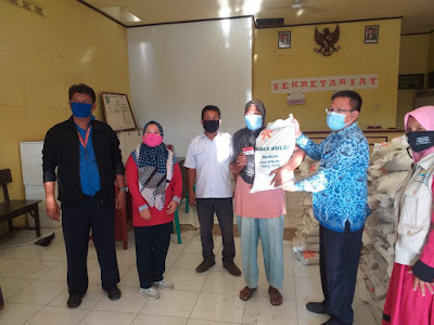 Plt Camat Teluknaga Bersama Pendamping PKH Desa Kampung Melayu Timur Salurkan Bantuan Sosial Beras
