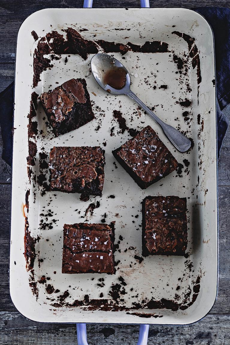 Leeres Brownie-Blech mit Resten