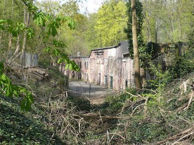 Ein altes Backsteingebäude, welches halb in einen Erdwall gebaut ist