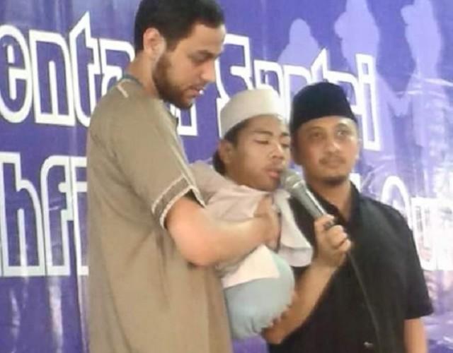 Tak Punya Tangan Dan Kaki, Pemuda Ini Menggelindingkan Tubuhnya Agar Bisa Berjamaah Di Masjid