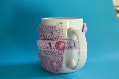 Funda lila de ganchillo para tazas