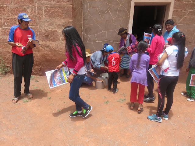 Natürlich bekamen auch die Kinder in Mojinete ein kleines Geschenk in Form von Süßigkeiten