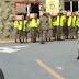 Video: Obligan a militares a posar con cajas navideñas; luego se las quitan