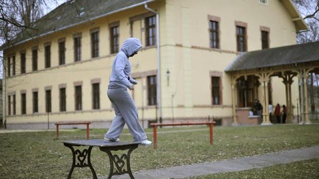A nevelő húzta ki a pengét az áldozatból: újabb sokkoló részletek derültek ki az esztergomi gyermekotthonban történt késelésről