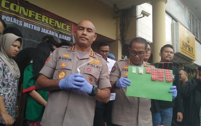 Polisi menunjukkan barang bukti narkotika yang ditemukan saat menggeledah pemain FTV dan model seksi Vitalia Sesha di Jakarta, Kamis (27/2/2020)