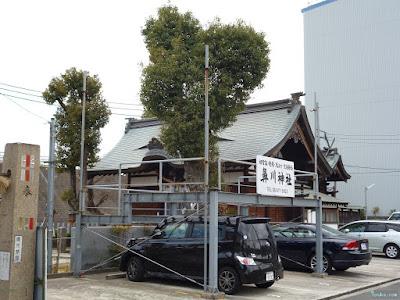 鼻川神社横駐車場と看板