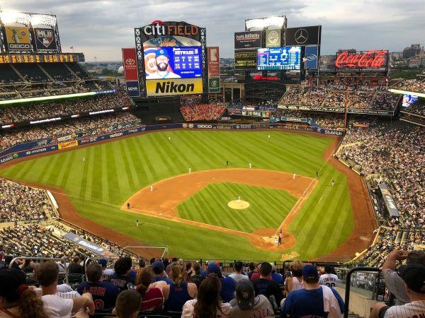 Blick auf das Baseballfeld in New York beim Spiel der Mets gegen die Cubs