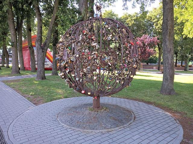 la scultura l'albero dell'amore a klaipeda