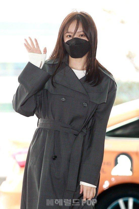 Hani havaalanında gazetecilere gülümsedi