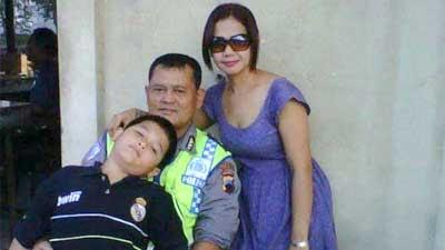 Aiptu Samsul Huda beserta istri dan anaknya