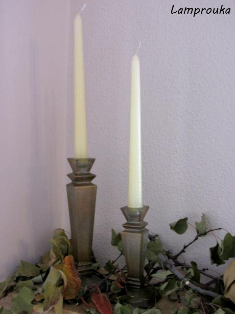 Φθινοπωρινή διακόσμηση τζακιού με κλαδιά και κεριά.