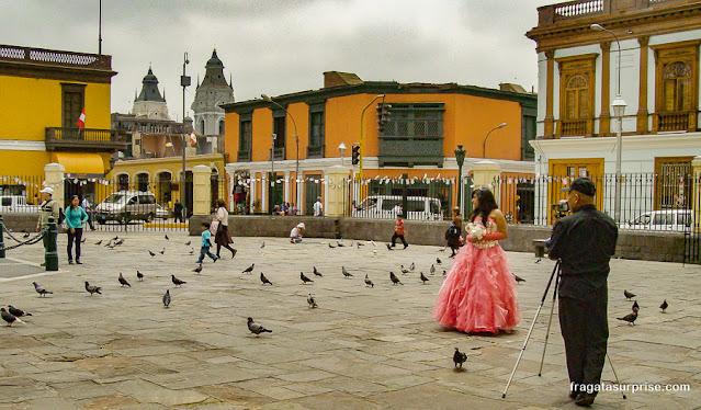 Quiceañera posa para foto no Centro Histórico de Lima