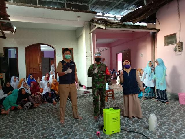 Cegah Wabah Corona Di Pondok Pesantren, Babinsa Jragung Lakukan Penyemprotan Desinfektan