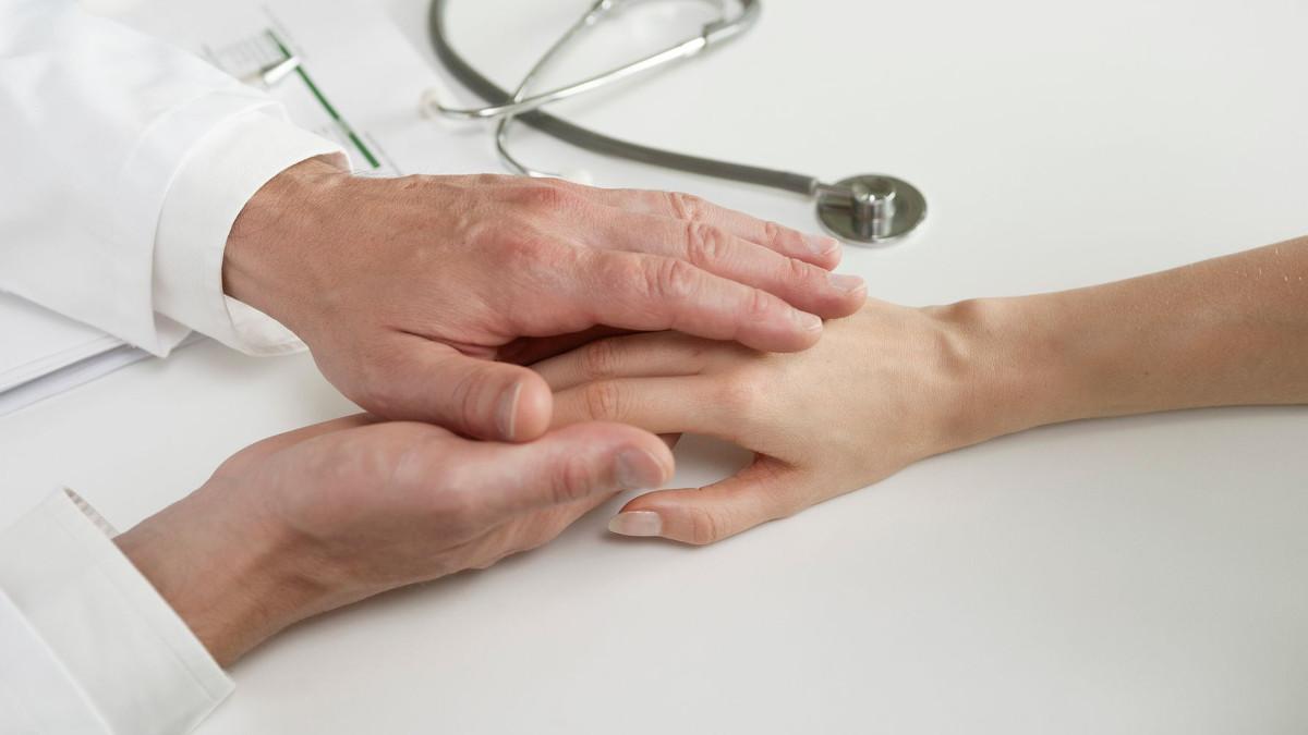 medico palpeggia pazienti