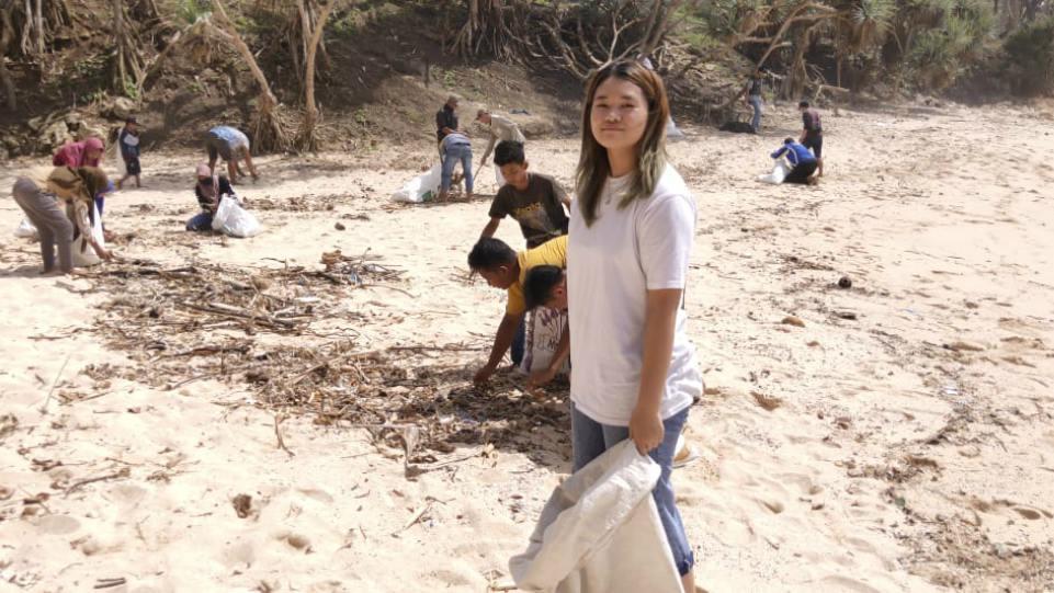 Bea Serendy saat bersihkan Pantai Krokoh bersama generasimuda Dukuh Putat, Yogyakarta.