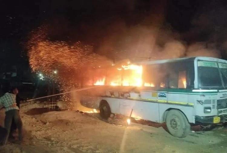 तीन बसों में जबरदस्त आग लग गई