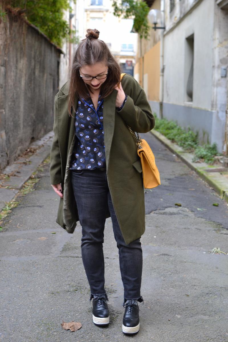 manteau kaki Sheinside, chemise oeil princesse tam tam, jean noir Mango, chaussures plateforme Pimkie, sac jaune Zara