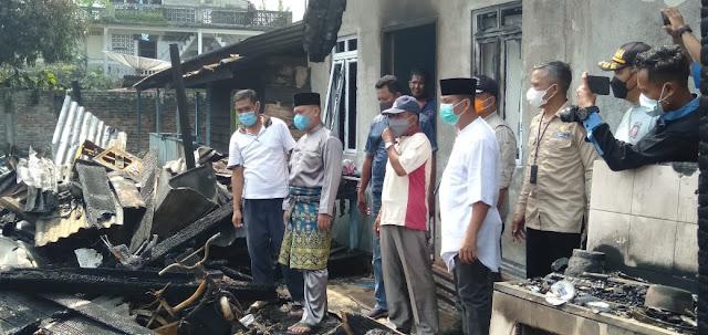 Bupati Lingga Berikan Bantuan Sembako Kepada Warga Korban Musibah Kebakaran