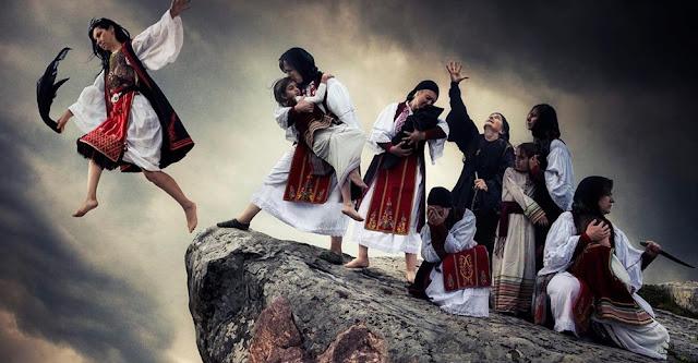 """Η Ελλάδα """"υποκλίνεται"""" για μια ακόμη φορά στο μεγαλείο του Ζαλόγγου. Αυτή τη φορά με αφορμή την πρωτοβουλία του Κέντρου Πολιτισμού Ίδρυμα """"Σταύρος Νιάρχος"""" να επαναφέρει στην Αγορά μέχρι και τις 31 Μαΐου την οριζόντια τομή σε ύψος 40εκ. της βάσης του γλυπτού Μνημείο Ζαλόγγου υπό τον γενικό τίτλο """"Πρόσωπα του Ήρωα""""."""