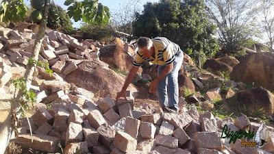 Bizzarri procurando pedra paralelepípedo na cor avermelhada para fazer um calçamento de pedra na cidade de Sousas-SP e revestimento de pedra com paralelepípedo rachado na base da casa para evitar a umidade no pé da parede.