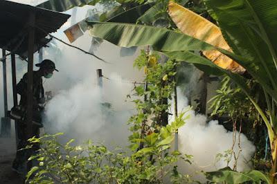 FOGGING : sasaran fogging tersebut adalah rumah dinas, mess, dan lingkungan perumahan masyarakat di sekitar Lanud Supadio. Foto Kapentak Danlanud Supadio