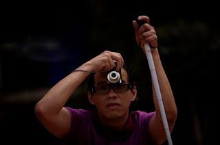 Presentación sobre un taller de fotografía para ciegos y débiles visuales impartido por la organización Ojos que Sienten en la Ciudad de México.  Observar a personas con debilidad visual o ciegas tomando fotografías mejores y más creativas que las mías ha sido una gran experiencia que ha cambiado mucho mi forma de entender lo que son el arte y la fotografía.  Cuando el objetivo de los seres humanos es comunicar no existen barreras. La creatividad humana no tiene límites cuando busca acercarse a los demás y expresar los sentimientos y las ideas.