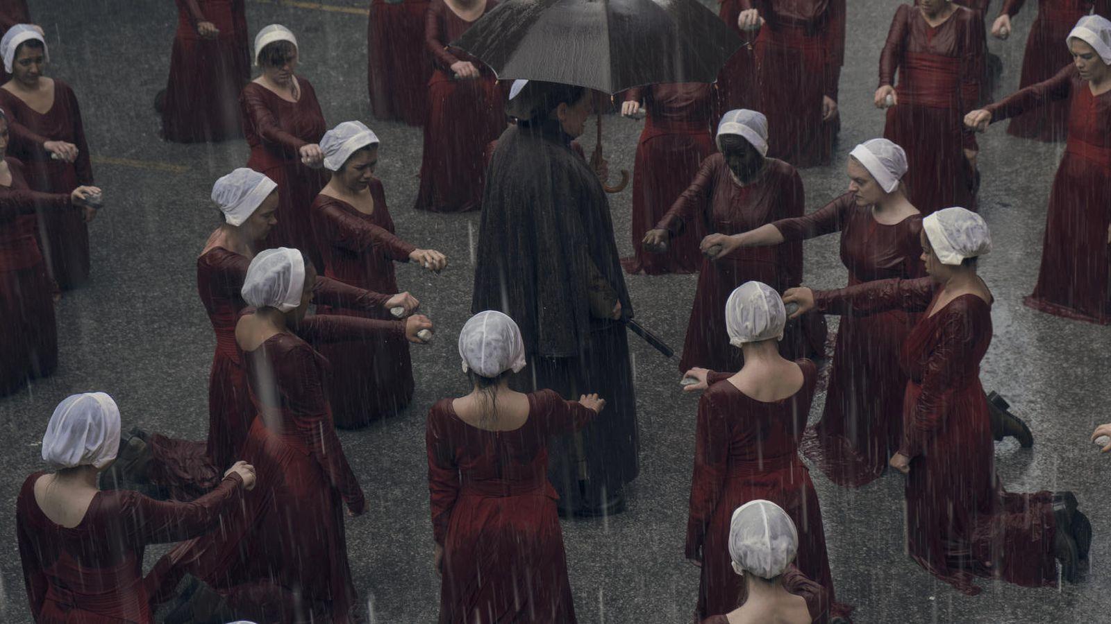 Las Handmaid's y Aunt Lidya en la segunda temporada de The Handmaid's Tale