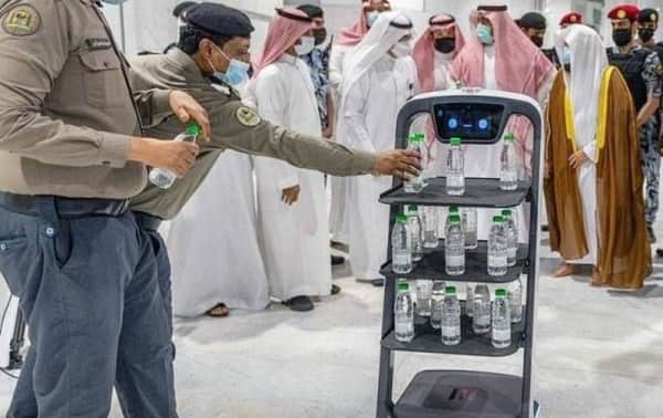 Smart robots launched to distribute Zamzam water bottles at Two Holy Mosques - Saudi-Expatriates.com