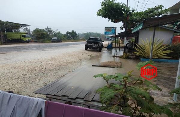 Akibat Hujan Lebat, Kios Warga Tergenang Air di Murung Raya