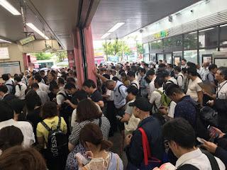 Pasajeros esperando fuera de la estación (Foto: AP / Shuji Kajiyama)