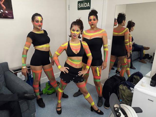 Preparação de figurinio e maquiagem do show fluorescente de Humor e Circo para abertura de eventos corporativos.